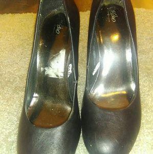 Black round toe platforms